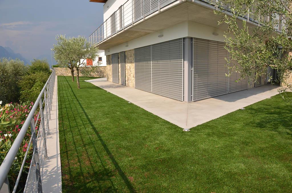 Posa erba sintetica su terrazzo - Erba artificiale per giardini ...
