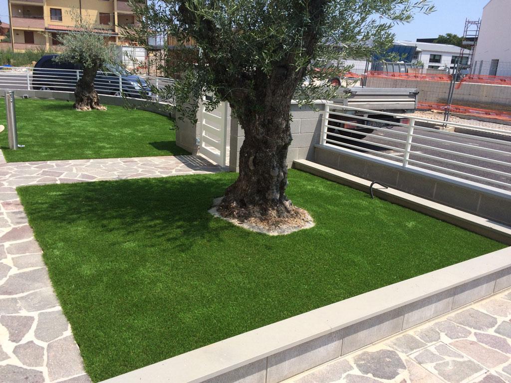 Giardino in erba sintetica - Erba artificiale per giardini ...